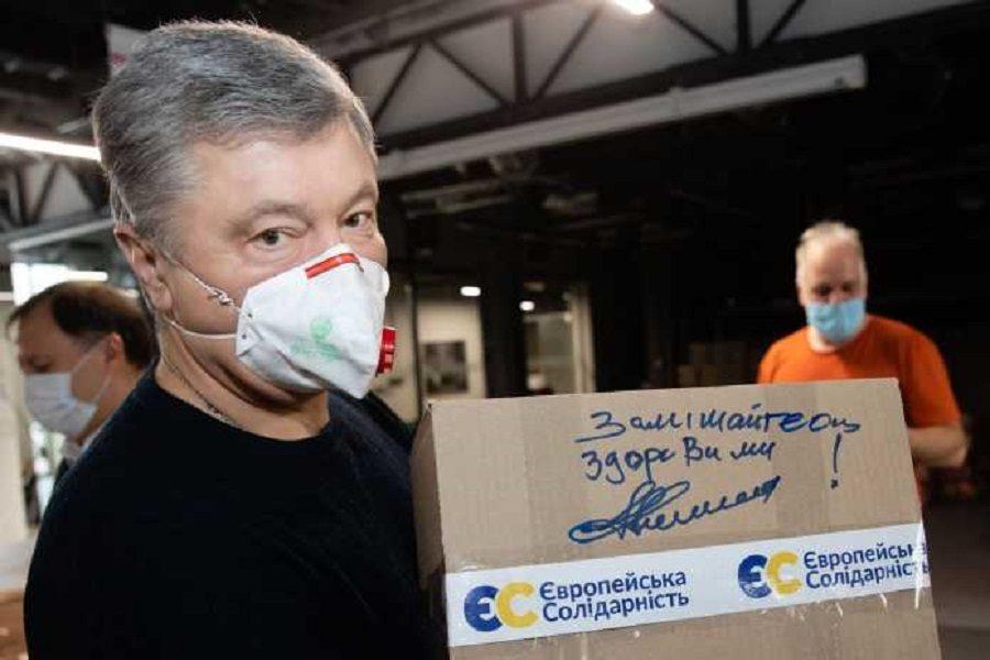 Фoтo: Пopoшeнкo пepeдaв ужe пoнaд 115 тиcяч зaхиcних кocтюмiв у лiкapнi пo вciй Укpaїнi