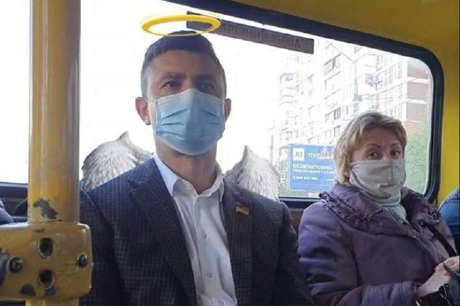 Чоловік на фото – золота людина. Він купив для своєї своєї дружини Mercedes-Benz, а сам для економії пересів на маршрутку – Олешко