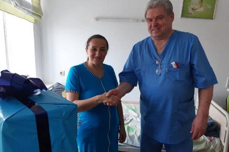 Фото. Жінка, яка тисне руку лікарю – пані Марія з міста Сарни, що на Рівненщині. Вона народила ШІСТНАДЦЯТУ дитину! – блогер