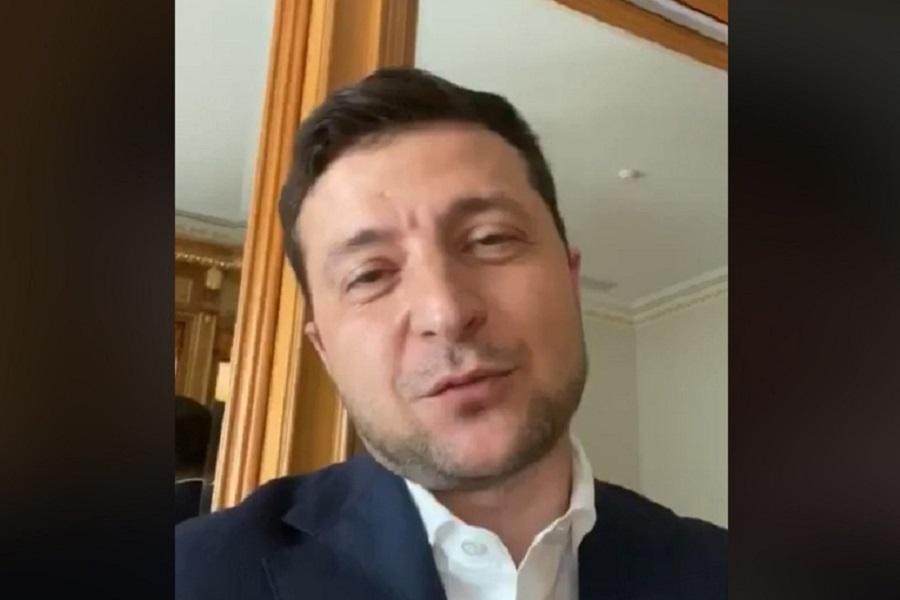 """Це вже не смішно. Президент ні на що не реагує. Тепер українців """"по-тихому"""" позбавляють безвізу. І пишуть """"ваш Порошенко нічим не кращий"""". Та кращий Порошенко! Набагато! – блогер"""