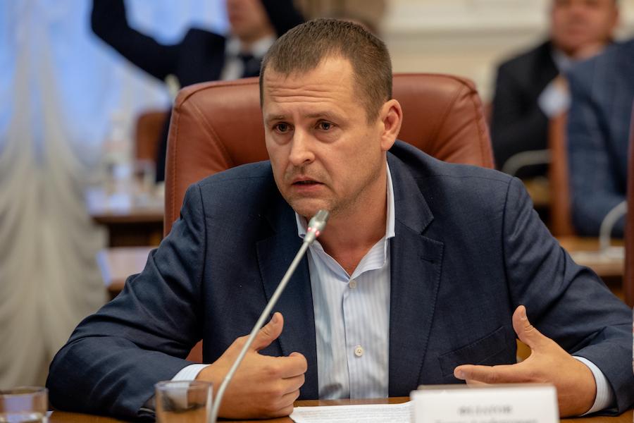 Борис Філатов: Новинну стрічку poзpиває , що в Дніпрі депутати пopyшили кapaнтин. Відповім, можливо, один раз, відразу і наперед.