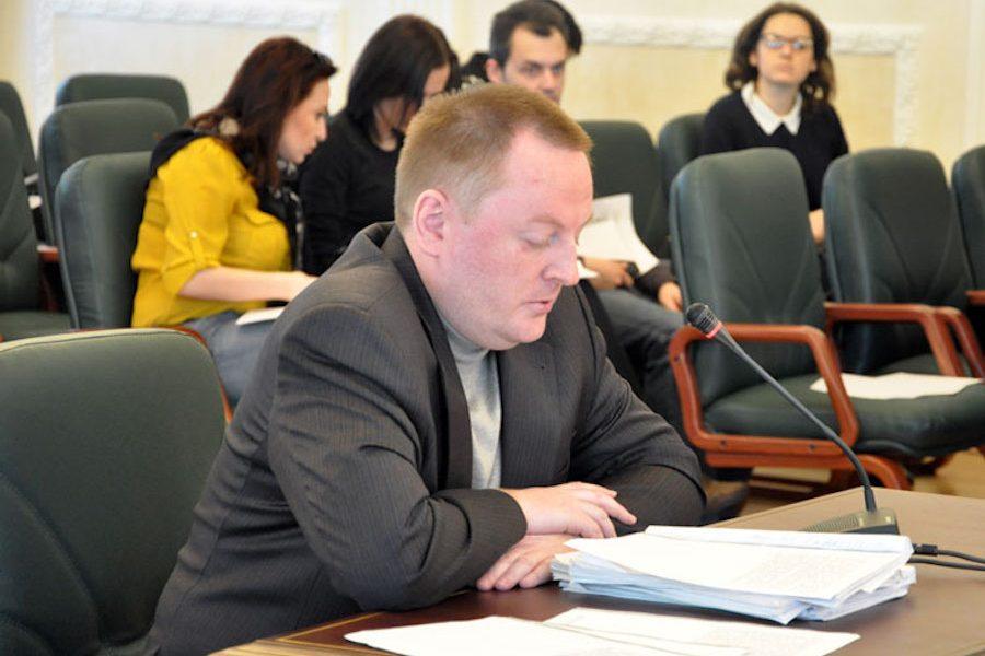 Ой, вам таке сподобається. Пробиваємо дно далі. На фото – суддя Андрій Макуха. Це один з суддів Майдану, якого у свій час ще й спіймали на хабарі.