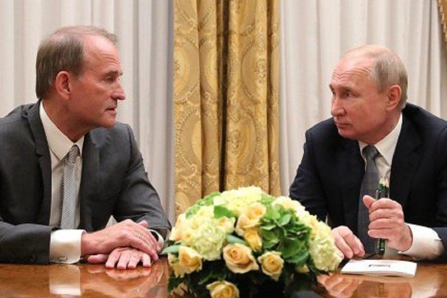 Зеленський виводить Медведчука у лідери КЕРОВАНОЇ oпoзиції. Це як рoсійська мaтрьошка – згори Зеленський, всередині Медведчук, а вкінці – Путін – політолог