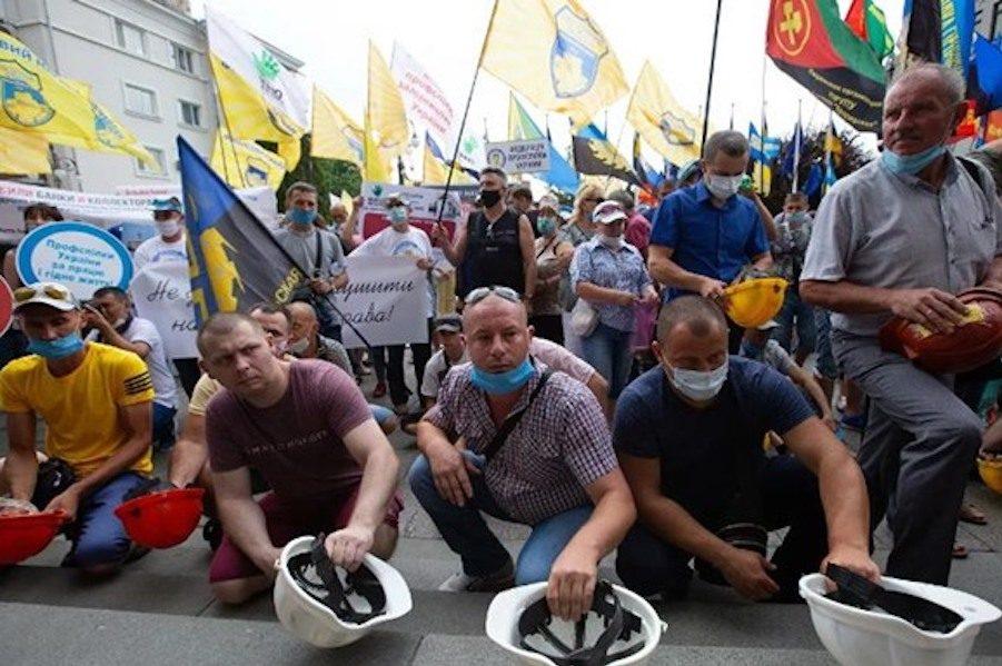 """Гончаренко: Все як на Майдані. Знову прості люди віч-на-віч з верзилами в погонах. Огидно дивитися на таку """"потужну"""" поліцію, яка захищає президента від звичайних людей."""