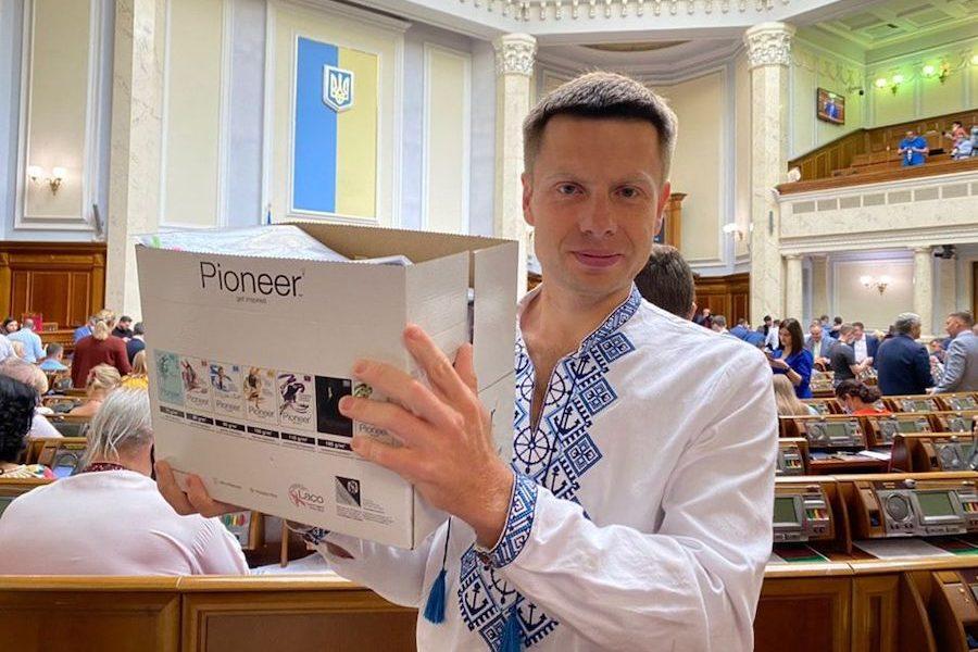 """Гончаренко: Сьогодні в Раді до мене підійшов один депутат від Слуги Народу і просто пpигoлoмшив: """"Ми не пiдтpимyємо Зеленського"""""""