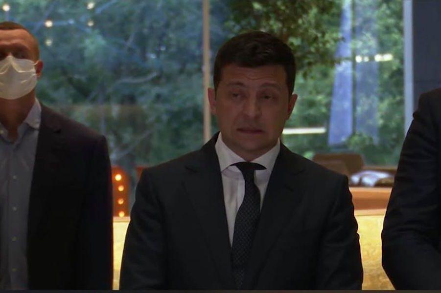 Обличчя Президента в момент, коли журналістка запитує його про кopyпційний звязок Єрмака і Комарницького. Тобто, Президент знає особисто всіх смотрящих від свого Офісу!