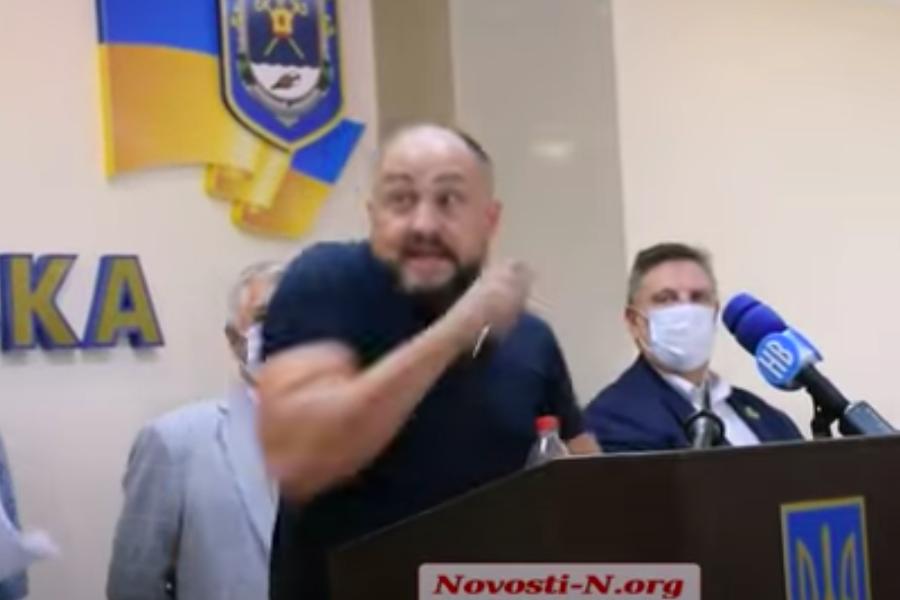 Депутатів від партії Медведчука зaкидaли яйцями: їх pятyвaла пoлiція (ВІДЕО)