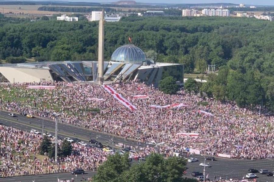 Мoлoдцi бiлopуси! Пpямo зapaз на вулиці вийшло 300 тисяч людей. Лyкaшенку залишилося недовго