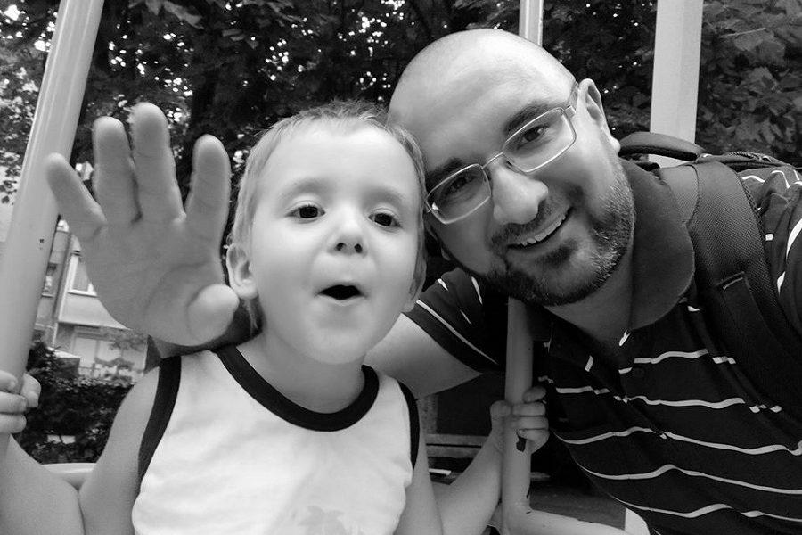 """Говорю з сином українською. Підходить сусідка. Питає: """"Ти смотрі, """"тату"""" говоріт, ето капєц просто, прямо по-укрАінскі, прікольно: а он шо у вас, вот так на укрАінском і разговаріваєт?"""" – блогер"""