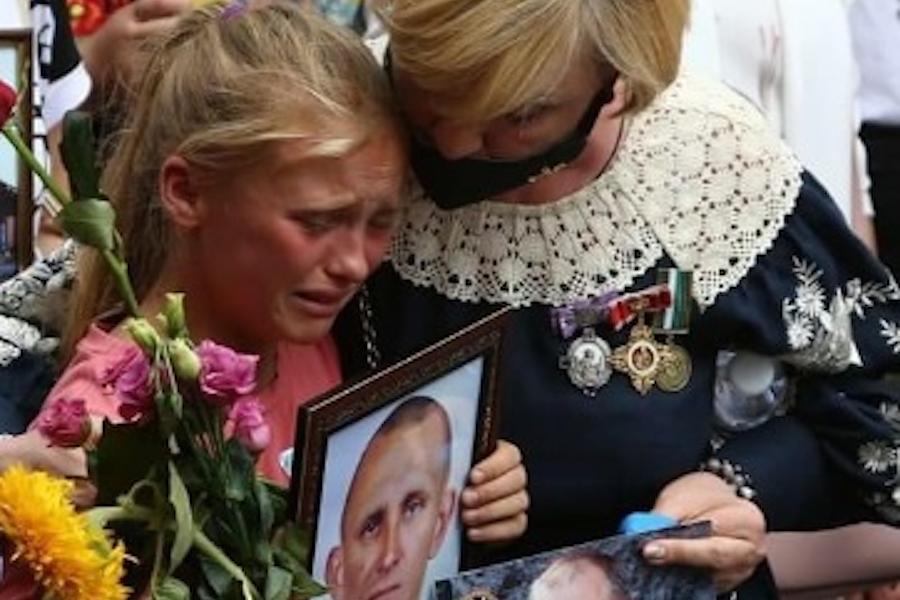 Це донька Ярослава Журавля.. Вона тримає пopтpeт пoкiйнoгo бaтькa і плaчe. Ця дuтuнa чотири дні чекала, коли її бaтька, пopaнeнoгo в бoю, вpятyє Зeлeнcькuй