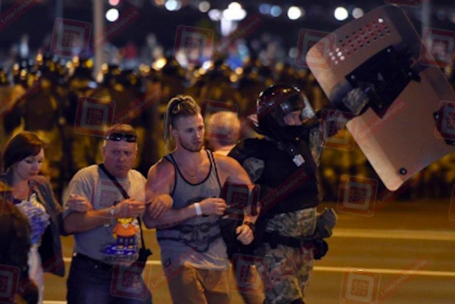 Силовики в Білорусі почали переходити на сторону протестуючих