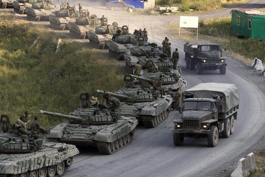 Колони російських БТРів, танків і вертольотів йдуть до кордону з Україною, жителі Ростова б'ють на сполох