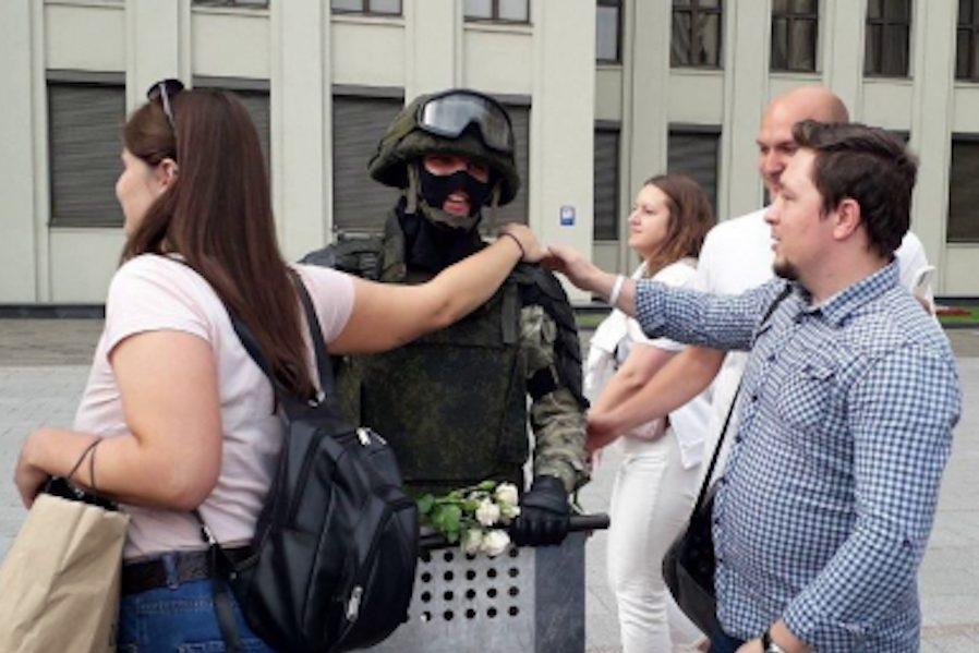 Відео: в Мінську ОМОН опустив щити під радість десятків тисяч протестувальників