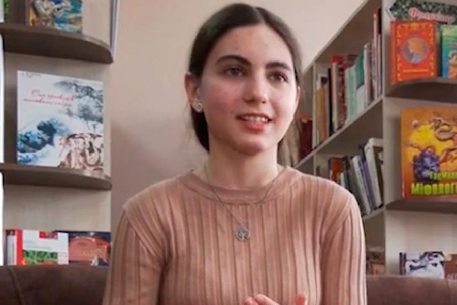"""На світлині – 12-річна Яна Дерій із Черкас. Дівчинка вже прочитала понад 1000 книжок, веде власний книжковий блог і стала переможницею у номінації """"Суперчитач"""""""