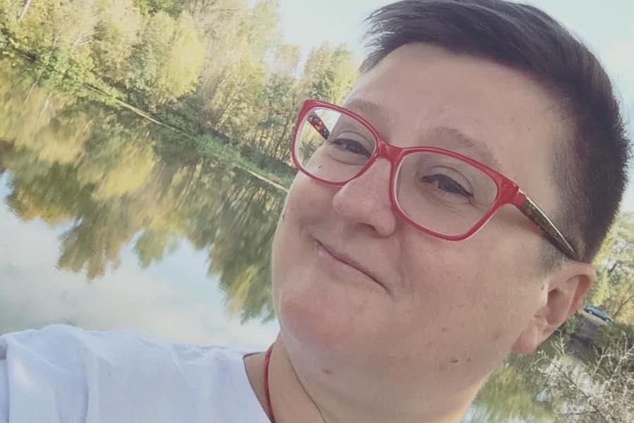 Росіянка: Ми переїхали в Україну, коли мені було 11 років. Просто в Сочі, де ми жили раніше, жити вже стало складно…Мені все було дивно спочатку. Написи українською. Панчохи там всякі, шкарпетки. ПЕРУКАРНЯ. І я ніяк не могла зрозуміти, чому українською Петрик це гарно, а в перекладі Пєтєнька – кострубато…